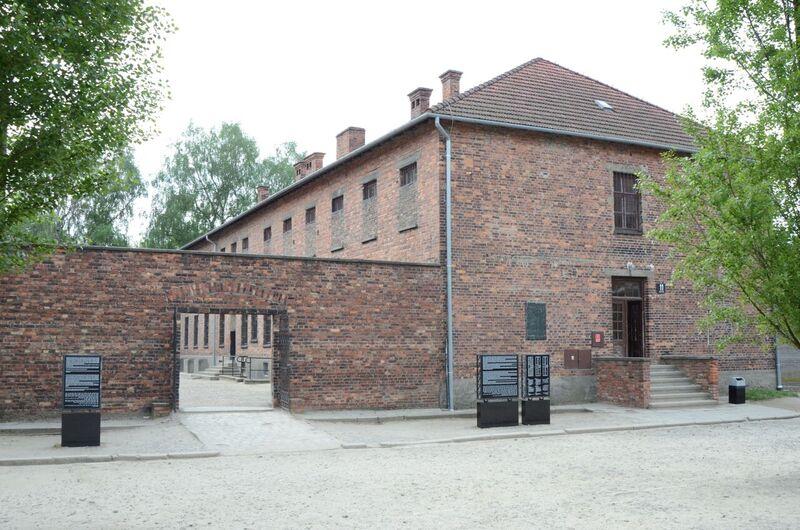 Бывший лагерь Освенцим I. Блок 11, в его подвале эсэсовцы убили 600 советских военнопленных и 250 польских больных военнопленных Циклоном Б. Вход во двор виден слева. Современный взгляд. Биркенау, Аушвиц.