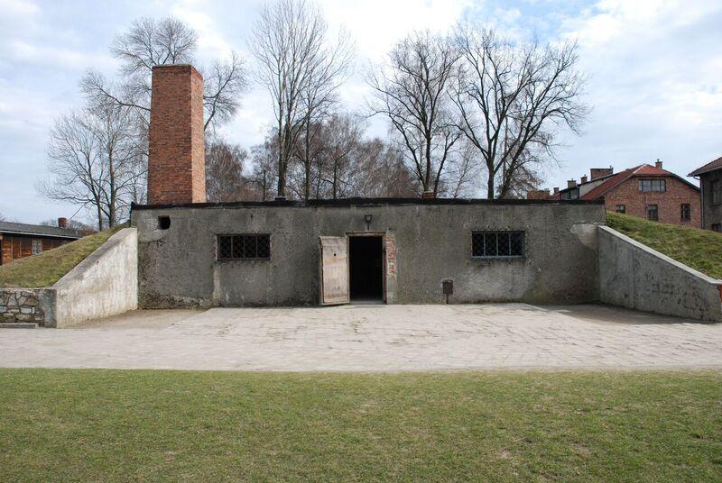 Источник: A-BSM Бывший лагерь Освенцим I. Здание бывшего крематория I, где сожжены тела советских военнопленных и польских военнопленных, убитых в подвалах 11-го блока в ночь на 3/4 сентября 1941 года. Позже в морге, работающем внутри здания и приспособленном для газовой камеры, последовательные группы военнопленных были убиты и впоследствии сожжены в печах крематория. Современный взгляд Биркенау, Аушвиц.