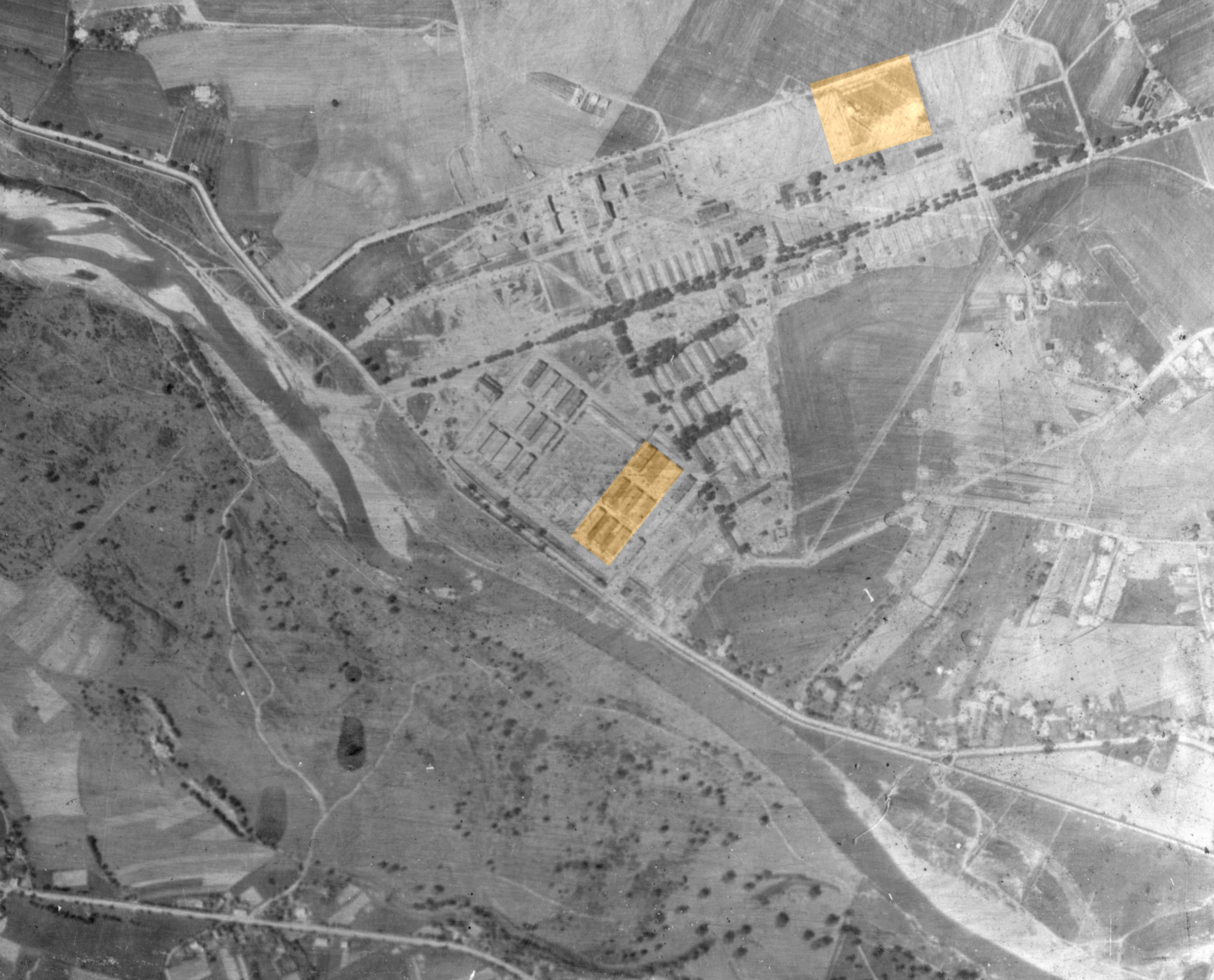 Источник: A-BSMA.  Немецкий аэрофотоснимок августа 1941 года: лагерь для советских военнопленных, расположенный внутри лагеря Освенцим в сентябре 1941 года (внизу); и вероятное место, куда в октябре 1941 года прибыли массовые транспорты с военнопленными (вверху). Биркенау, Аушвиц.