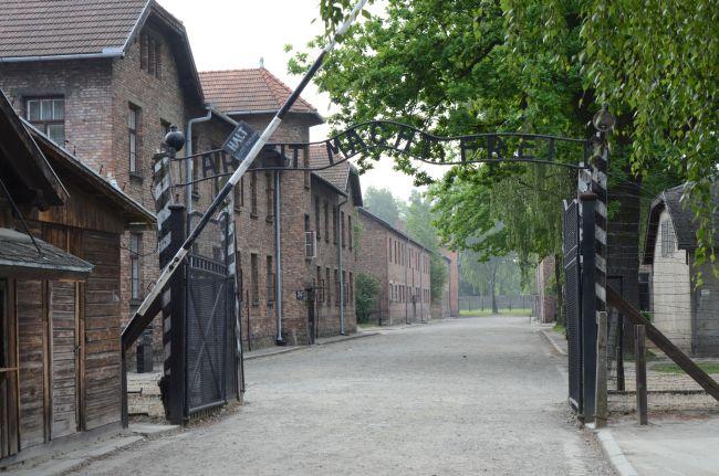 Источник: A-BSM. Бывший лагерь Освенцим I, входные ворота с блоками 24, 14 и 3 видны слева;  они были частью лагеря для советских военнопленных. Ворота в лагерь для военнопленных стояли между блоками 24 и 14 (в то время это был только один этаж). Современный взгляд. Биркенау, Аушвиц.