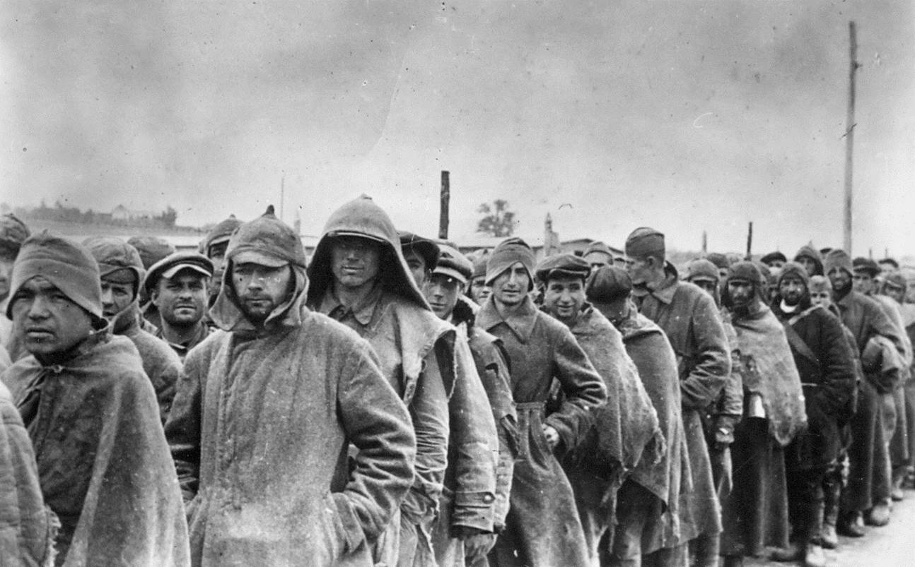 Источник: Архив государственного музея Аушвиц-Биркенау (далее: A-BSMA). Колонна пленных советских военнопленных