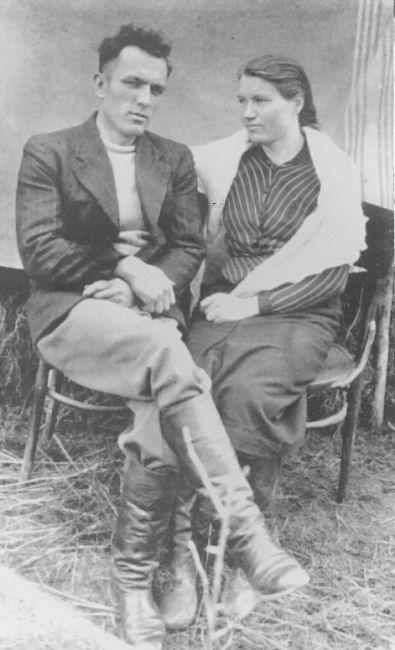 сточник: A-BSMA. Андрей Ющенко, родился 10 апреля 1919 года. Был депортирован в Освенцим 26 февраля 1944 года и получил номер 11367 при регистрации в лагере. 20 октября 1944 года он был переведен в KL Flossenbürg, а затем в KL Buchenwald, где был освобожден.  Копию фотографии Андрея Ющенко с женой подарил его сын Виктор.